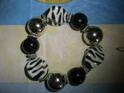 Новый, женский, красивый браслет из крупных бусин в чёрно-белом стиле.